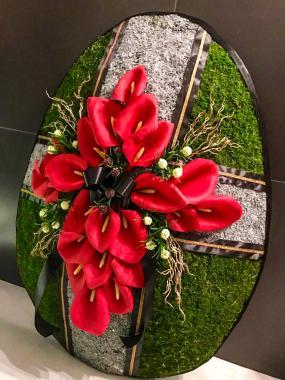 Траурный венок с красными цветами (высота 1м)
